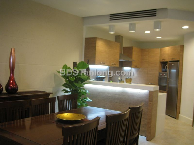03 bedrooms apartment in Hoang Hoa Tham street for rent.