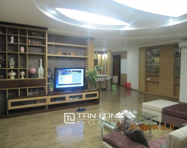 2 bedroom apartment for sale in E1 Ciputra Tay Ho, full of furniture 3