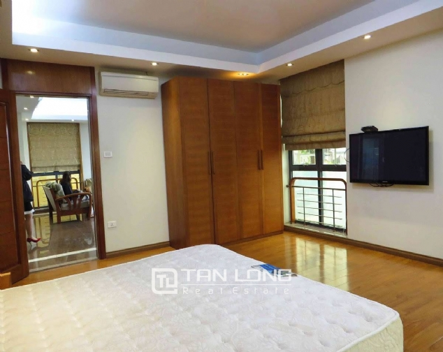 A 3-bedroom apartment for rent on Doi Can street, Ba Dinh district! 4