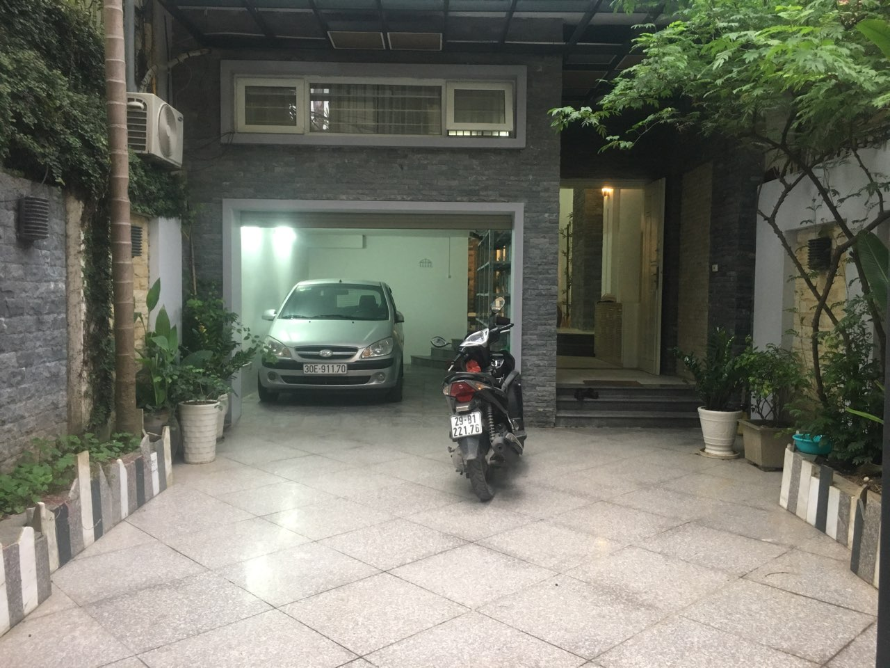 A 3-bedroom unfurnished house for rent on Dang Thai Mai street, Tay Ho district!