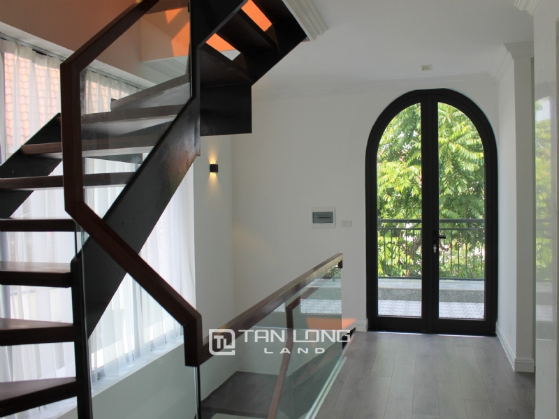 A Bright and Elegant Villa for rent in Vinhomes Riverside 12