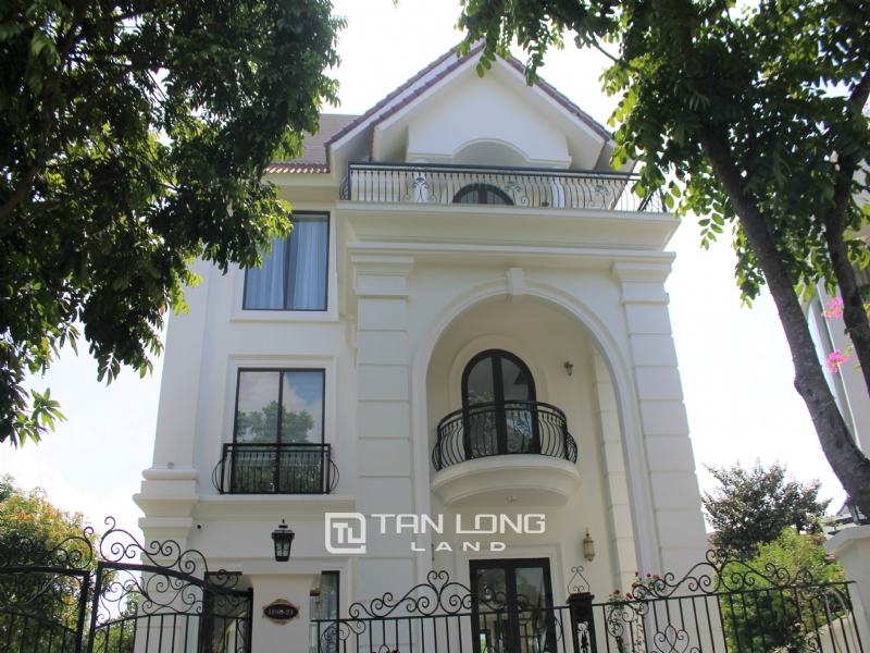A Bright and Elegant Villa for rent in Vinhomes Riverside 30