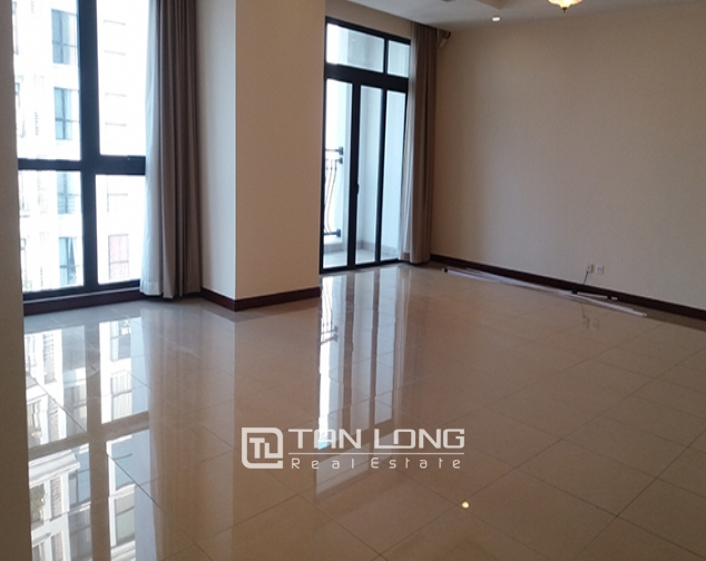 Basic furnishing, 3 bedroom apartment to rent in R1 Vinhomes Royal City 2