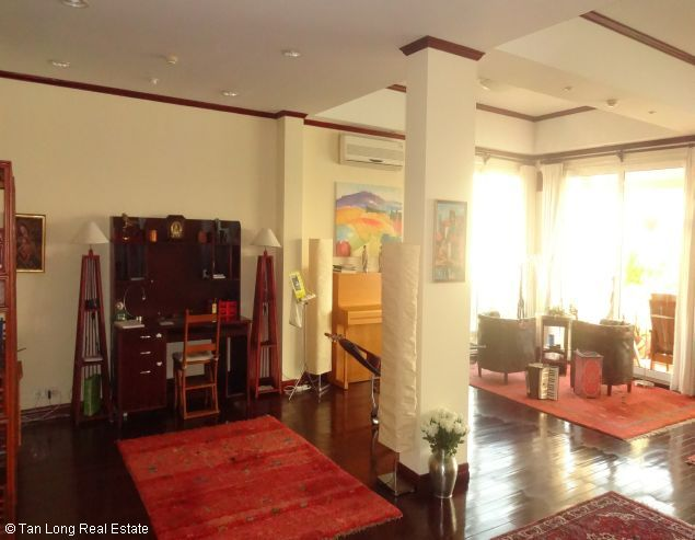 Brandnew lakeview three bedroom service apartment in Xuan Dieu street Hanoi for rent 5