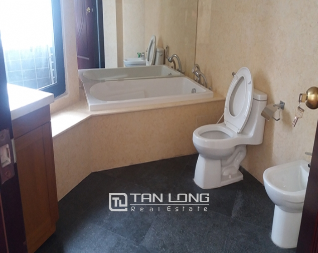 Bright 3 bedroom apartment for rent in R2 Vinhomes Royal City, Thanh Xuan dist 8