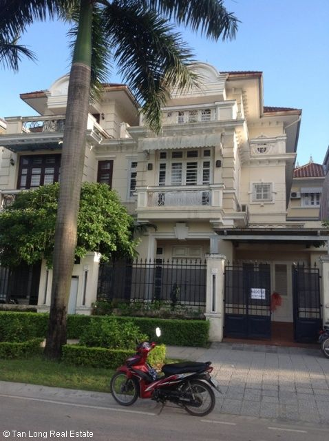 Furnished 3 story villa with 4 bedrooms, balcony, courtyard, garden for lease in D4 Ciputra, Hanoi. 1