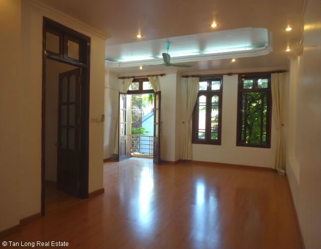 Good unfurnished three bedroom house in Xuan Dieu street Hanoi 7