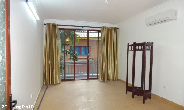 House with 4 bedrooms in Au Co street, Tay Ho for rent. 4