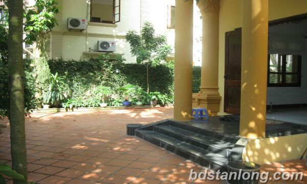 House with 4 bedrooms in To Ngrc Van alley, Tay Ho for rent
