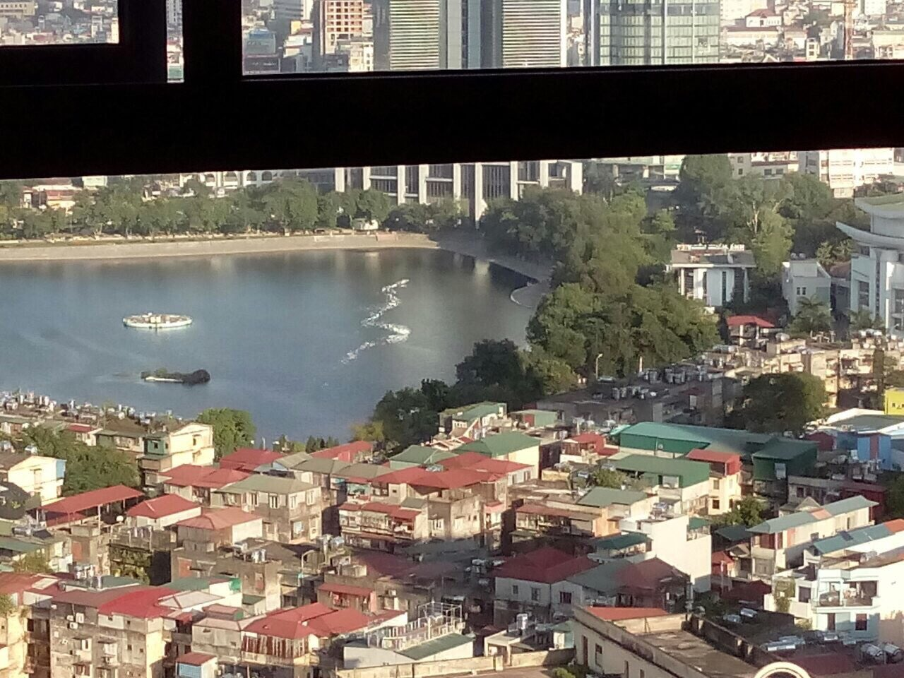 Lake view apartment with 2 bedrooms for rent in Vinhomes Nguyen Chi Thanh, Hanoi
