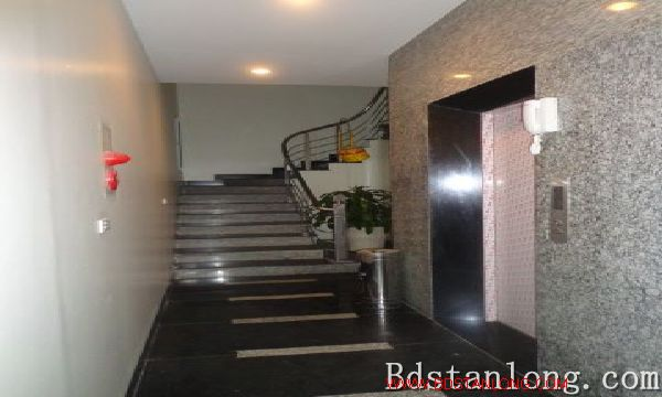 Lake-view serviced apartment in Xuan Dieu street for rent 1