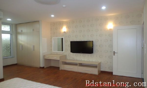 Lake-view serviced apartment in Xuan Dieu street for rent 3