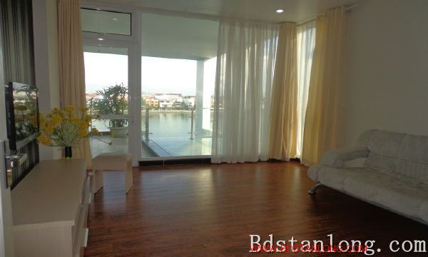 Lake-view serviced apartment in Xuan Dieu street for rent 6