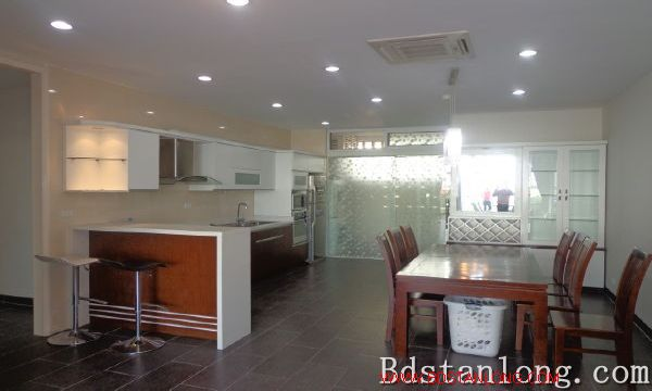 Lake-view serviced apartment in Xuan Dieu street for rent 8