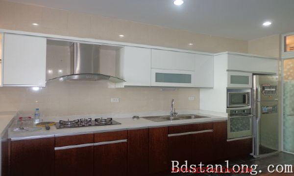 Lake-view serviced apartment in Xuan Dieu street for rent 9