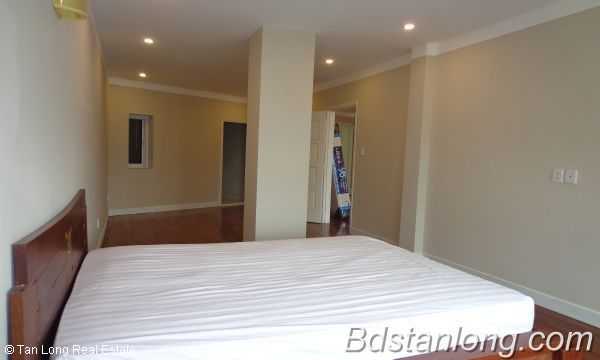 Lakeview three bedroom apartment in Xuan Dieu street Hanoi for rent 5