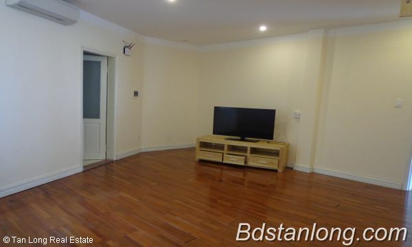 Lakeview three bedroom apartment in Xuan Dieu street Hanoi for rent 10