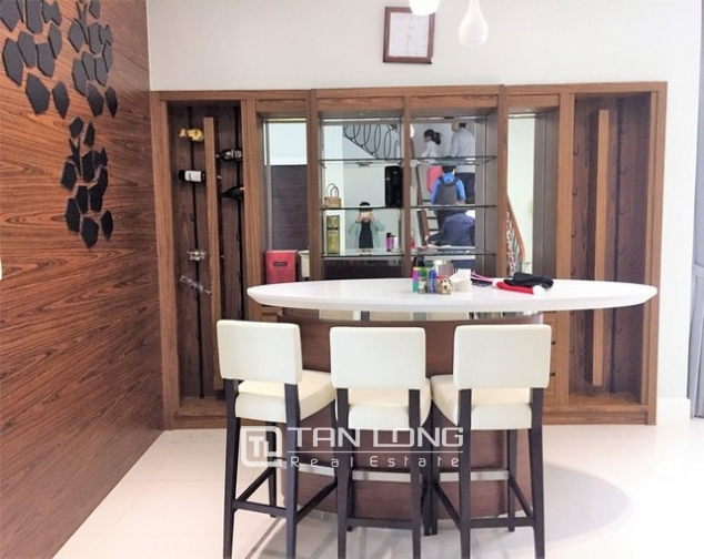 Luxurious villa for lease in Vinhomes Riverside in Hoa Sua with full and modern furniture 3