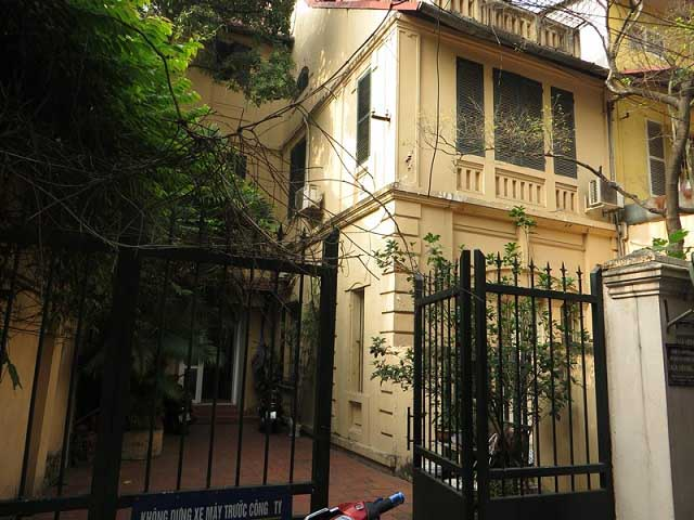 Nice 3 storey villa with big courtyard for rent in Tong Duy Tan, Ba Dinh, Hanoi