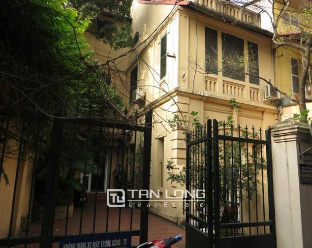 Nice 3 storey villa with big courtyard for rent in Tong Duy Tan, Ba Dinh, Hanoi 2