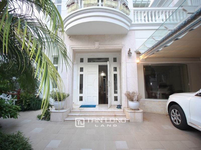 Royal corner villa for rent in C1 Ciputra with spacious garden 1