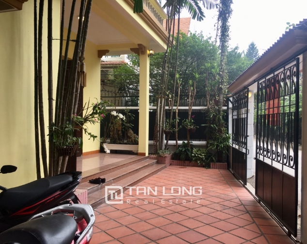 Spacious house with 5 bedrooms for rent on Xom Chua, Dang Thai Mai street! 2