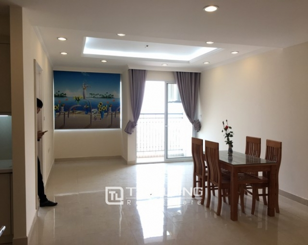 Spacious lakeview apartment in Lac Long Quan str., Tay ho dist., Hanoi for lease 1