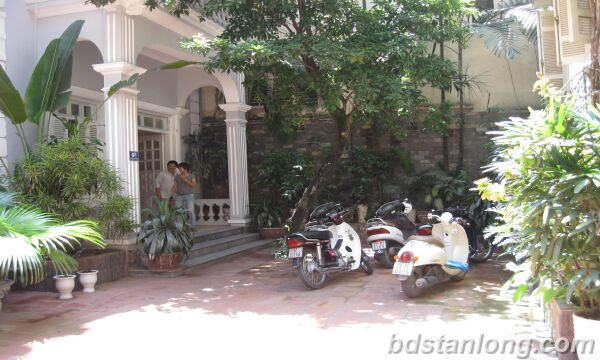 Tay ho House with garden for rent in To Ngoc Van street