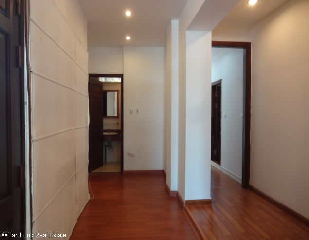 Truc Bach Lakeside apartment for rent in Tran Vu street, Ba Dinh district 4