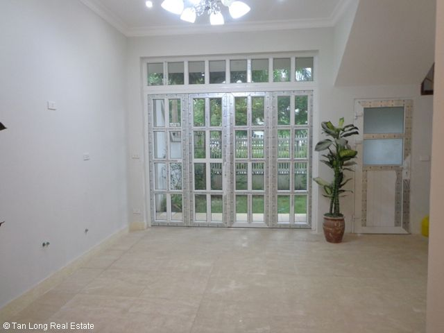 Unfurnished 3 storey villa with 4 bedrooms, courtyard, garden and balcony for lease in T7 Ciputra, Hanoi. 5