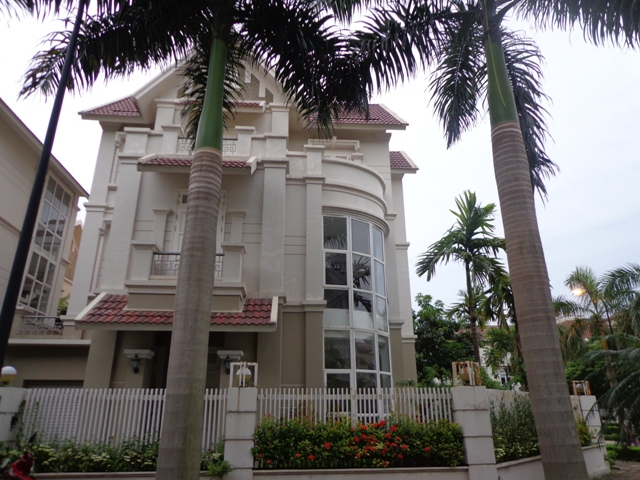 Unfurnished 3 storey villa with 4 bedrooms, courtyard, garden and balcony for lease in T7 Ciputra, Hanoi.
