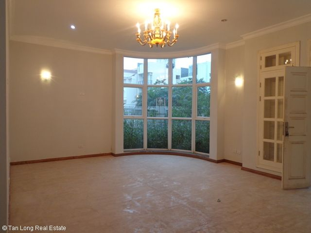 Unfurnished 3 storey villa with 4 bedrooms, courtyard, garden and balcony for lease in T7 Ciputra, Hanoi. 9