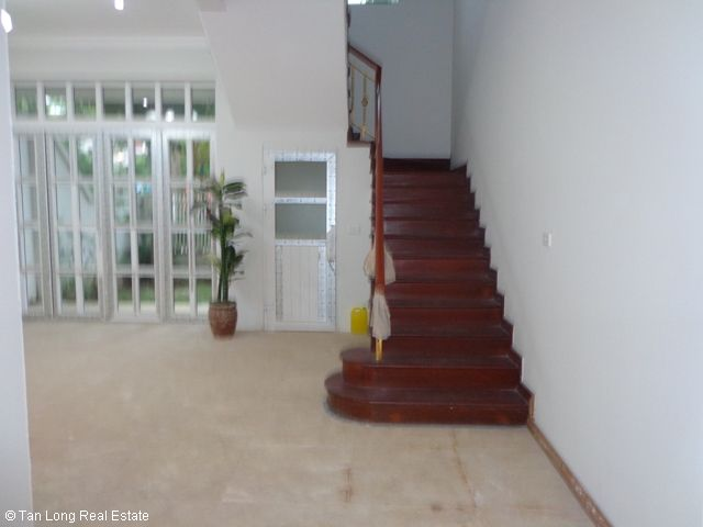 Unfurnished 3 storey villa with 4 bedrooms, courtyard, garden and balcony for lease in T7 Ciputra, Hanoi. 8
