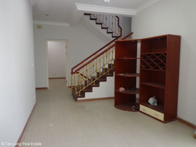 Unfurnished 3 storey villa with 4 bedrooms, courtyard, garden and balcony for lease in T7 Ciputra, Hanoi. 3