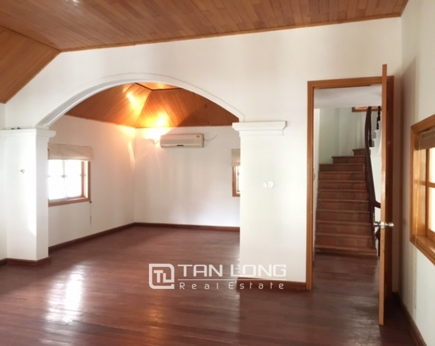 Villa in Tay Ho district for rent. Land area is 400 sq m, 3 floors 3