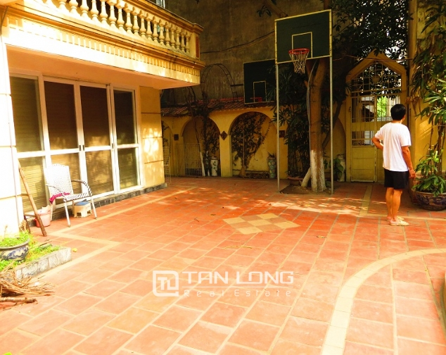 Villa with big garden for rent near Huu Tiep market, Ngoc Ha, Ba Dinh district 2